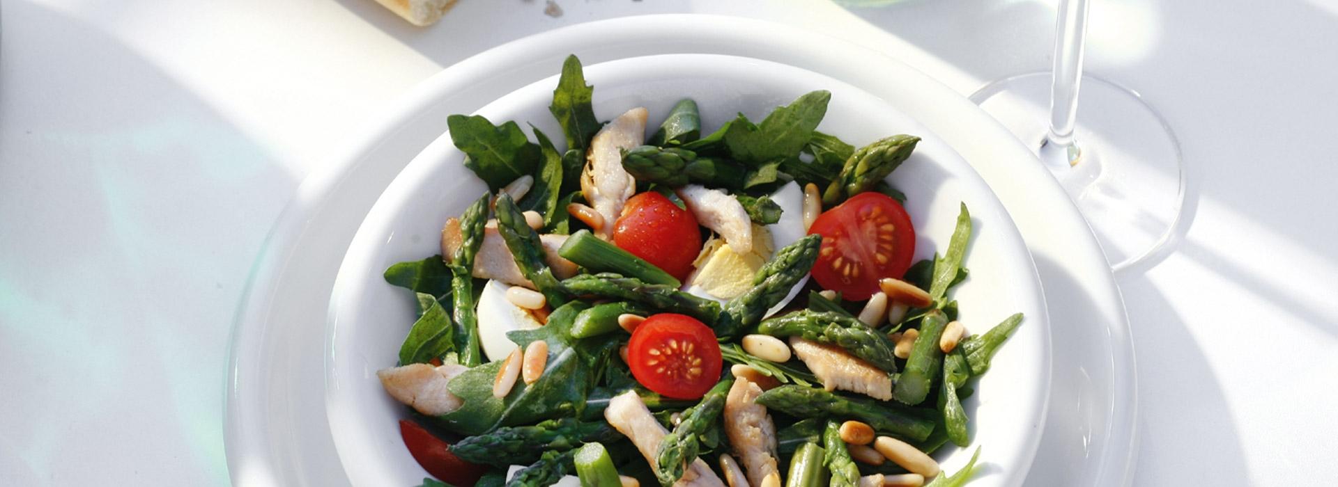 Rucola met groene asperges en kalkoenfilet